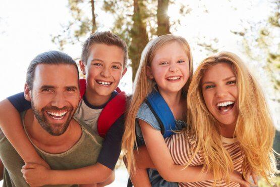 Celá rodina na turistickom výlete. Ako vybrať batoh pre najmenších